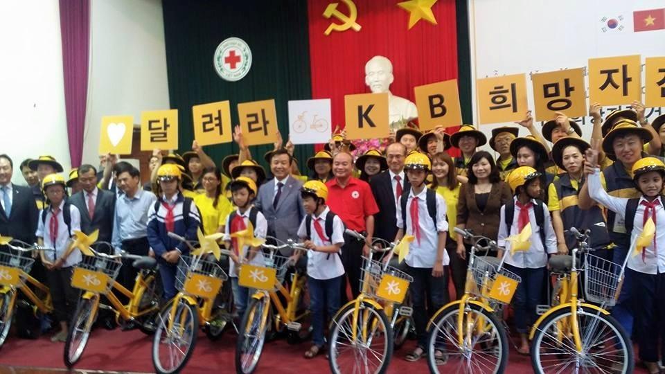 Tổng lãnh sự đại sứ quán Hàn Quốc, đại diện lãnh đạo ngân hàng KB Hàn Quốc,  ông Ngô Tiến Dụng, UV BTV TƯ Hội CTĐ Việt Nam- Chủ tịch Hội CTĐ TP Hà Nội cùng các tình nguyện viên Hàn Quốc trao tặng xe đạp hy vọng cho các em học sinh huyện Thường Tín, Hà Nội